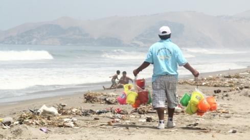 La playa y más residuos.