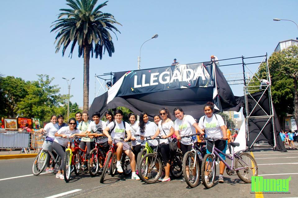 Munay y sus amigos en una bicicleteada.