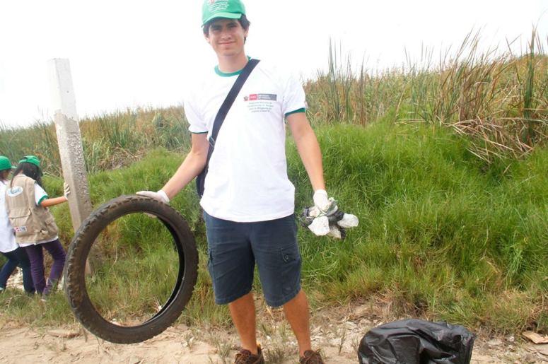 Alonso Tufino en labores de limpieza de los Pantanos de Villa.