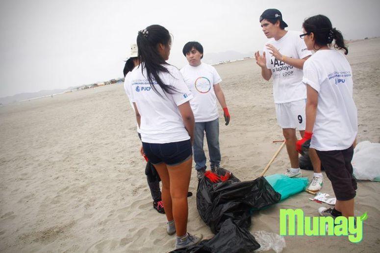Alonso Tufino, Director de Munay, haciendo la reflexión final con su equipo de limpieza.