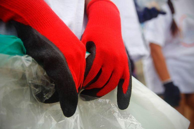 Tenedores, Cuchillos, Cucharas, Pilas, Jeringas, Pañales, Lubricantes, Redes de Pesca y muchos más ítems son los que se encuentran usualmente en las playas.