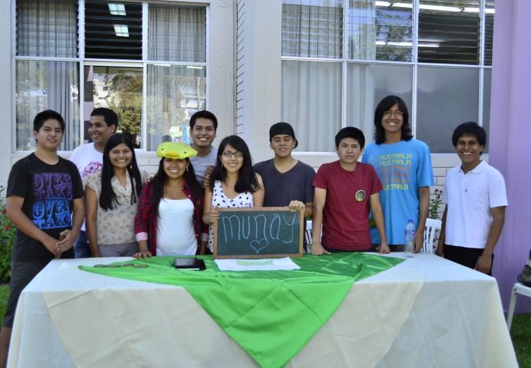 Colaboración. Equipo encargado de medir la huella hídrica de los estudiantes (Foto: Katia Yoza).