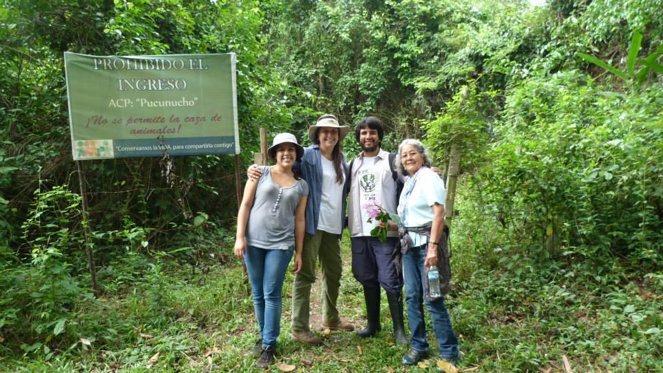 """Andrea, x, x, x en la entrada de la ACP """"Pucunucho"""" (Foto: TAL)."""