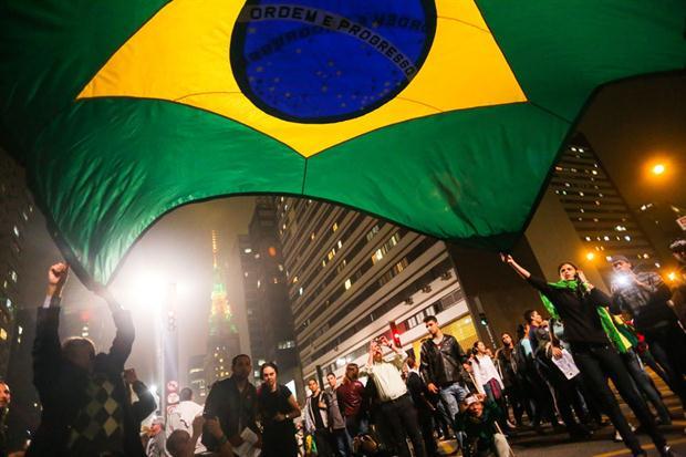 La FIFA sostuvo que no tienen en mente suspender el campeonato; mientras se juegan los partidos, en las calles hay masivas protestas. (Foto: canchallena)