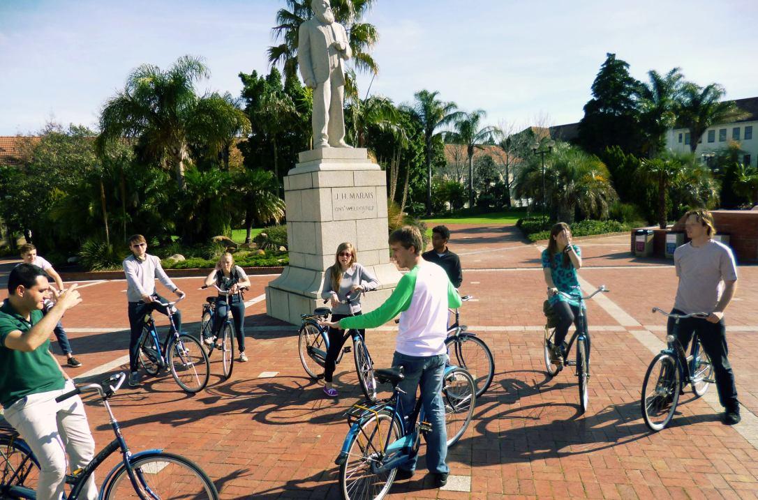 La Universidad de Stellenbosch cuenta con un sistema interno de préstamo de bicicletas. En la foto, los miembros de WSEN en un paseo.